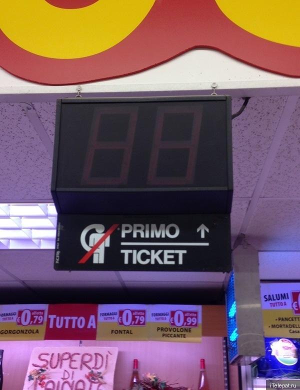 Запрещающий знак в супермаркете
